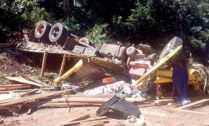 Caminhão tomba na Serra Tapirapuã próximo de Tangará da Serra – abril 2016 (Rádio Pioneira)