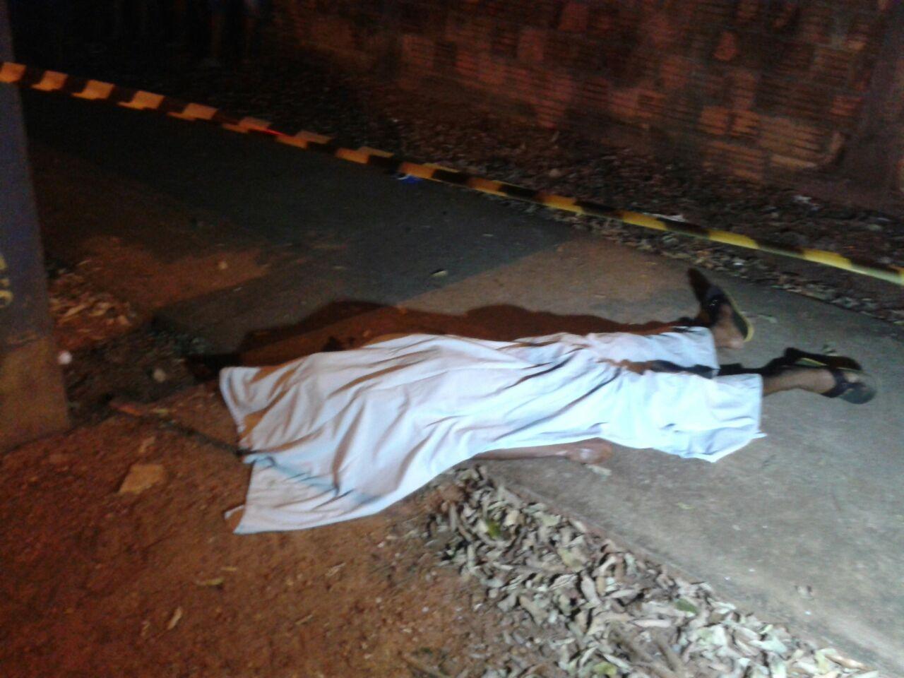 Jovem morto com tiro em Nova Mutum abril 2016 (2 Só Notícias)