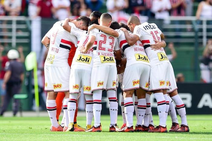 O São Paulo desperdiçou a chance de assumir a liderança do Campeonato  Brasileiro na noite desta quinta-feira. Jogando na Arena do Grêmio 5cedc4ea6f539