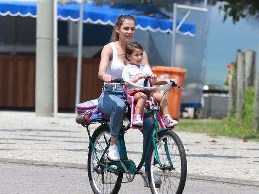Deborah Secco Passeia De Bicicleta Com A Filha Maria Flor