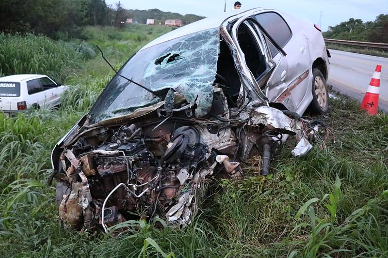 Carro e carreta colidem na BR-163 em Nova Mutum - Só Notícias