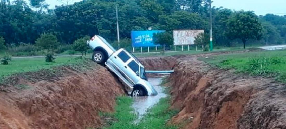 Caminhonete cai em vala de escoamento de água em Sinop - Só Notícias